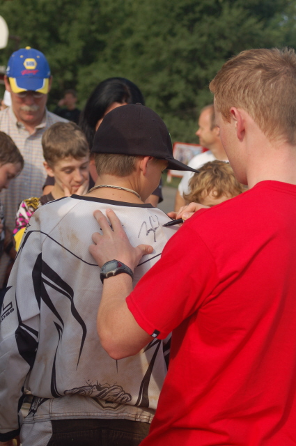 Trey Canard signs autographs at the Fry lake OCCRA race